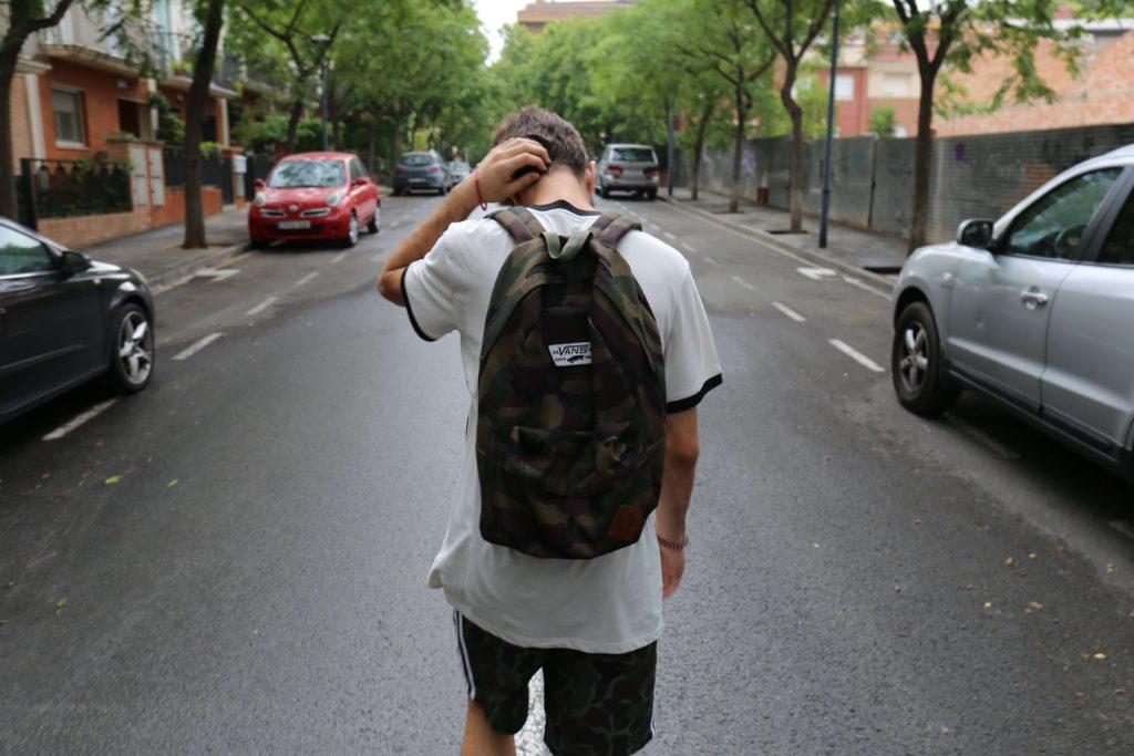 道路でたたずむ青年